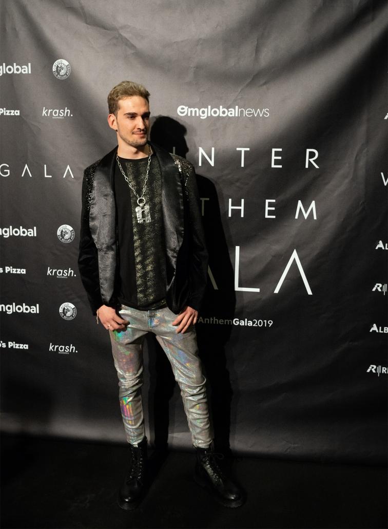 El DJ Reychar (@reychar97) con pantalones holográficos de Zara fue el encargado de clausurar la fiesta post-gala por todo lo alto