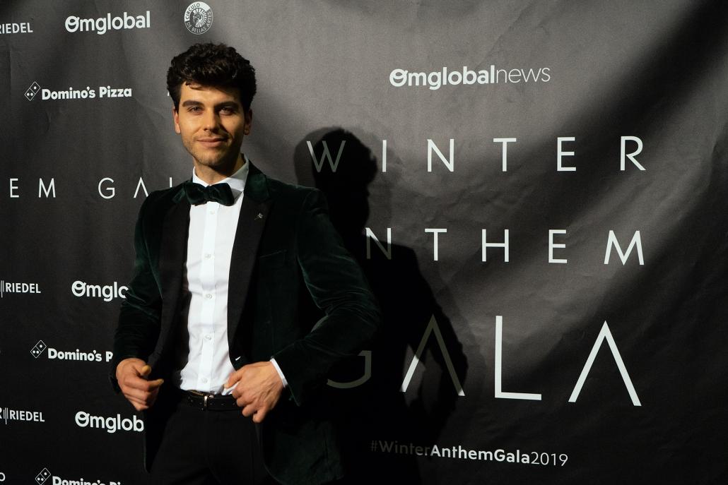 El modelo y actor Aitor Ferron (@aitorferron) con conjunto de @felixramirodesigner