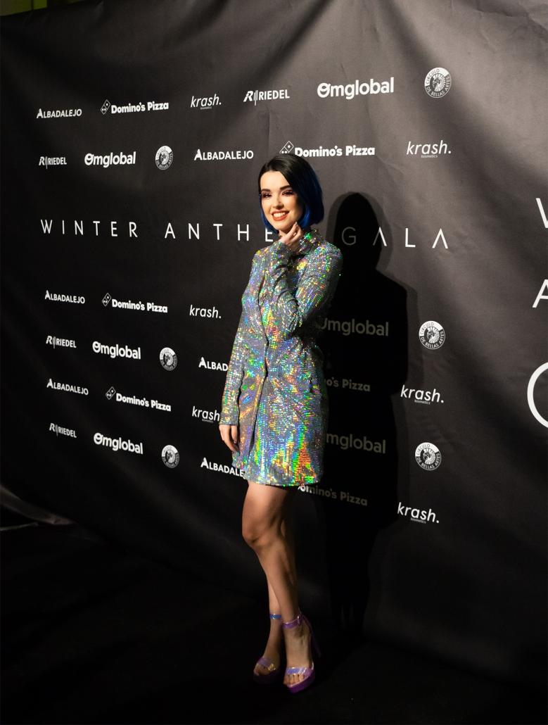 La maquilladora Alessa Berry (@alessaberry) con vestido holográfico de @bershkacollection