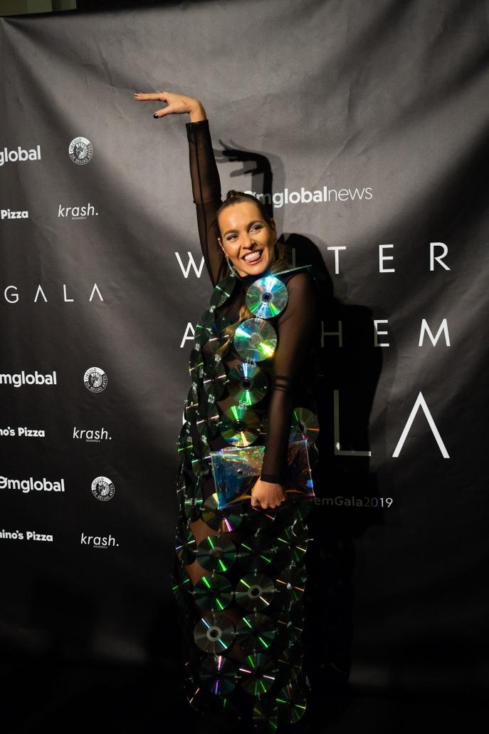 Lucía Fernández (@luceral) deslumbró con su vestido home-made de CDs con el que pinchó en su DJ set después de la Gala